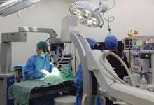 顕微鏡を使っての微細手術実施中